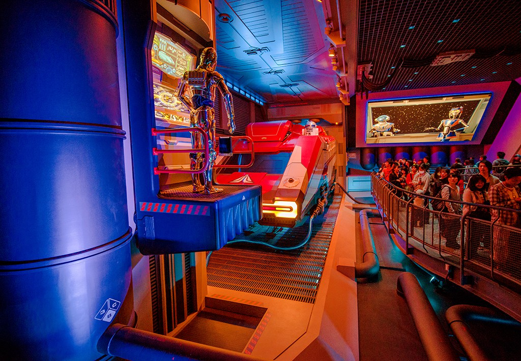 star-tours-queue-c3p0-r2d2.jpg